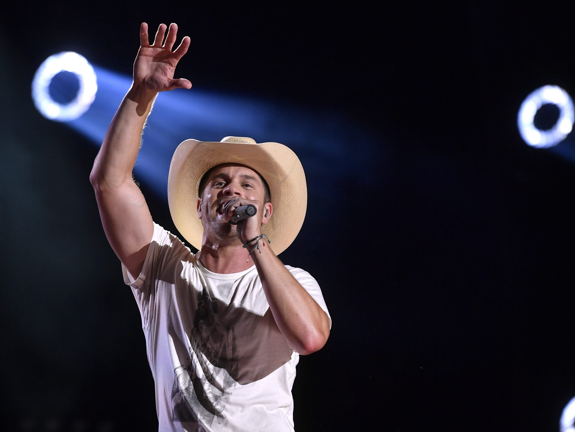 Dustin Lynch talks enlisting MacKenzie Porter for his new single,  Thinking  Bout You