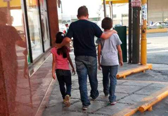 Esta foto del 24 de julio de 2019, cortesía de la migrante guatemalteca Lucia, muestra a su esposo René con su hija de 7 años y su hijo de 11 años, mientras caminan en busca de un lugar para dormir en Monterrey, México. René dijo que les dieron una cita en la corte el 20 de septiembre en los EE. UU. Para su solicitud de asilo, y prometió que México proporcionaría vivienda, trabajo y educación, pero en México fueron transportados a Monterrey sin explicación ni apoyo.