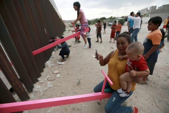 El artista y profesor de arquitectura de la universidad californiana de Berkeley Ronald Rael aprovechó la estructura de la valla fronteriza que separa a Estados Unidos y México para instalar tres balancines de color rosa, para que los niños de ambos lados puedan jugar juntos.