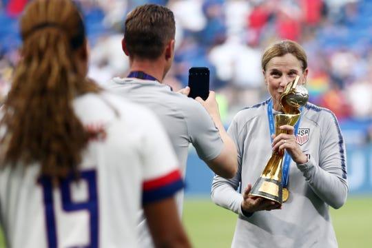 Jill Ellis, entrenadora de la selección de futbol femenil de EEUU, besa la copa.