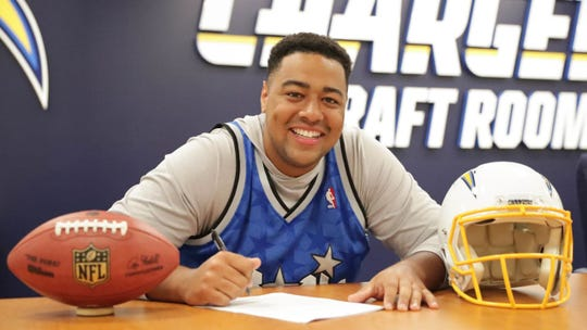 Trey Pipkins signs his contract with the Chargers