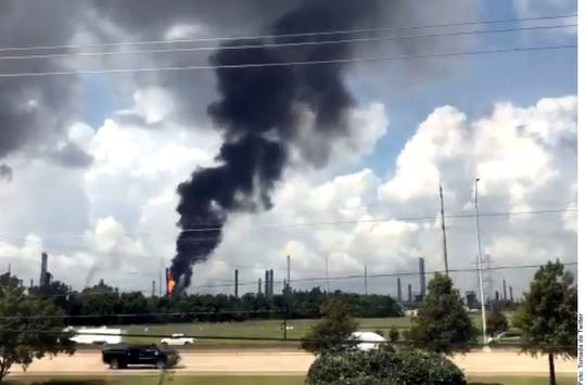 Una explosión se registró dentro de una refinería ubicada en Baytown, Texas, provocando al menos tres incendios en sus instalaciones