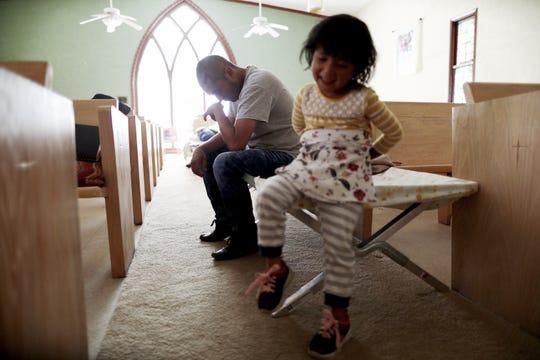 Un inmigrante guatemalteco y su hija reciben ayuda por parte de una iglesia en Nuevo México.