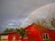 Un hermoso arcoiris puede observarse sobre esta casa en Mesa, Arizona, luego de las tormentas registradas el 30 de julio de 2019.