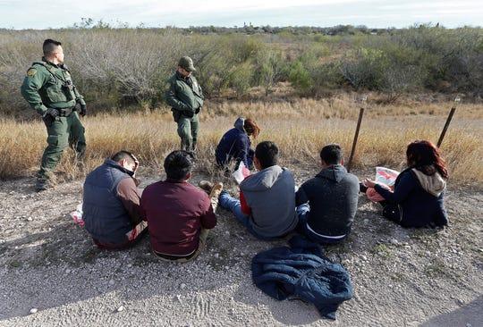 Agentes de la Patrulla Fronteriza procesan a personas sospechosas de cruzar el río Río Grande para ingresar ilegalmente a EEUU.