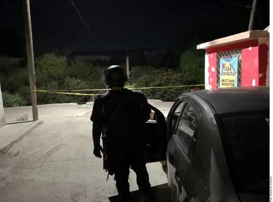 Policías armados disparan contra un grupo de migrantes acompañados de niños, con saldo extraoficial de un hombre muerto.