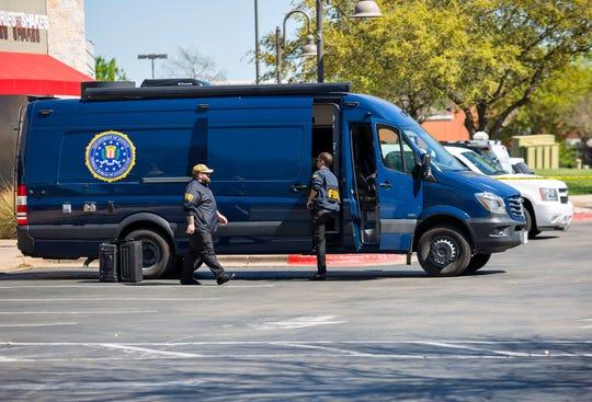 Agentes del FBI suben a una de sus camionetas. Foto archivo.