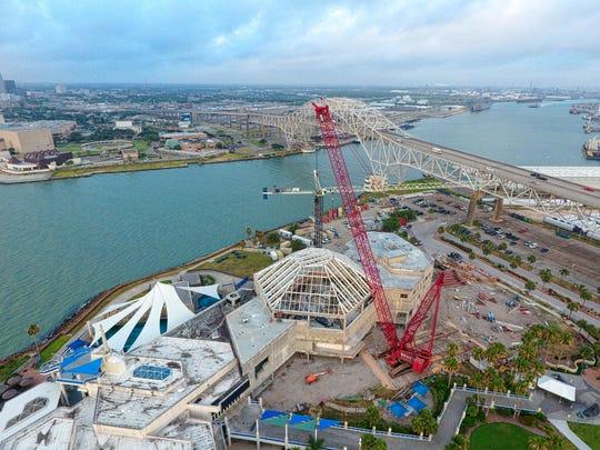 Bay Ltd. installs a 151,000-pound glass skylight onto the Texas State Aquarium.