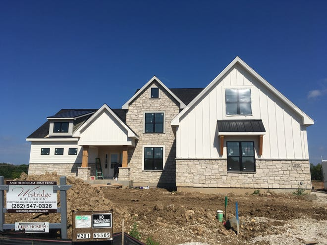 Builders have been constructing fewer but bigger and more-expensive houses in metro Milwaukee so far this year.