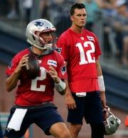 Tom Brady también supervisa y ayuda a los mariscales de campo más jóvenes en su equipo.