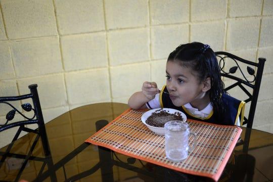 Desayunar cereal con leche no es suficiente, dicen los expertos.
