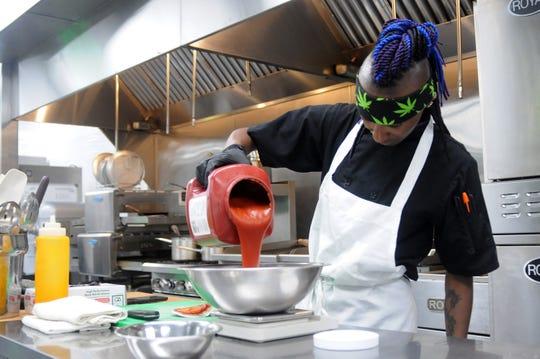 Krystian Johnson, chef del restaurante de comida para llevar Mint Dispensary, en Tempe, Arizona mientras prepara comida elaborada a base de marihuana.