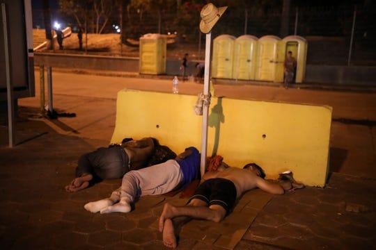 Migrantes duermen en el piso, en uno de los puentes de cruce hacia Brownsville, Texas, en Matamoros.