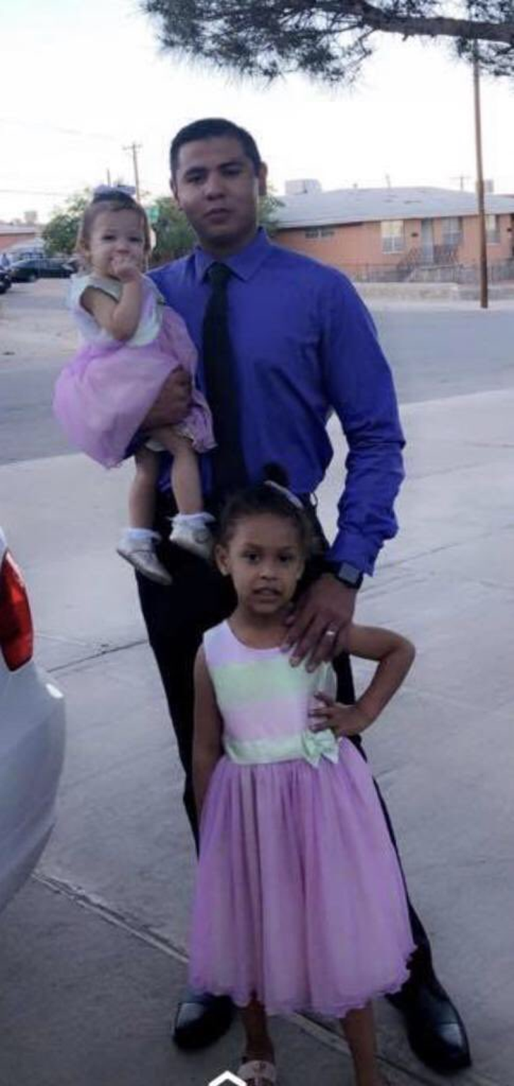 André Anchondo y Skyler Grace Jamrowski (de pie) estaban en Walmart durante el tiroteo en El Paso. Su esposa Jordan Anchondo murió.