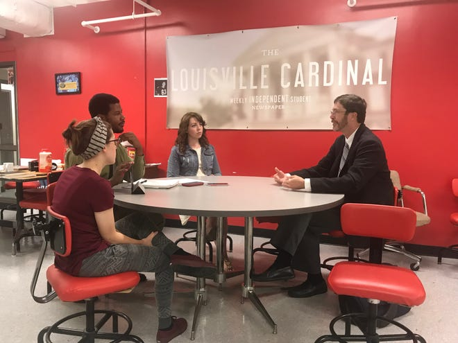 An official with the Southern Association of Colleges and Schools (right) talks with The Cardinal staff members in 2017, including former editors-in-chief Kyeland Jackson and Shelby Greenwell.