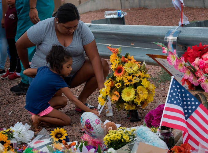 Personas en El Paso, Texas, lloran, rezan y dejan ofrendas florales en memoria de las víctimas mortales del tiroteo ocurrido el 3 de agosto en una tienda Walmart de dicha ciudad.