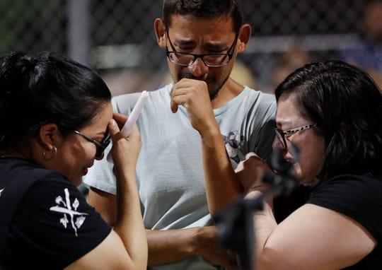 Empleados de Walmart lloran durante la vigilia realizada en memoria de las víctimas del tiroteo.