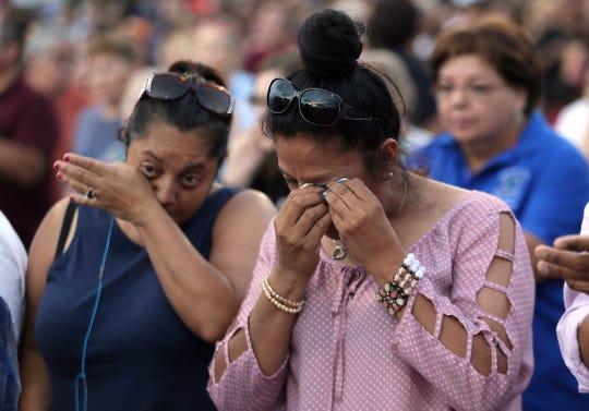 Mujeres lloran durante una vigilia en memoria de las víctimas del tiroteo en El Paso, Texas.