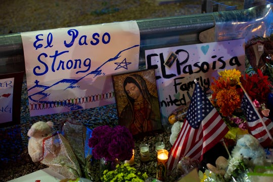 La imagen de la Virgen de Guadalupe rodeada de banderas de EEUU y mensajes de apoyo, en memoria de las víctimas del tiroteo en El Paso, Texas.