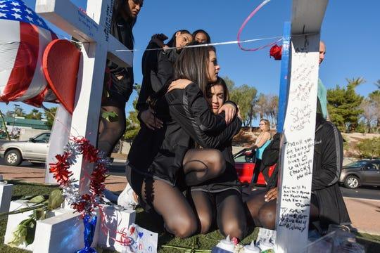 Dos mujeres se abrazan en un memorial en Las Vegas, en honor a las víctimas de la masacre