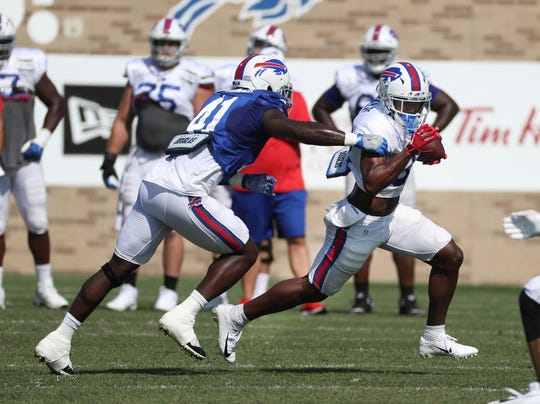 Rookie running back Devin Singletary tries to get outside linebacker Maurice Alexander.