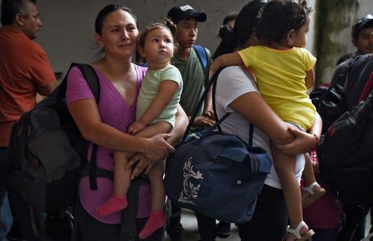 Migrantes centroamericanos esperan en México.