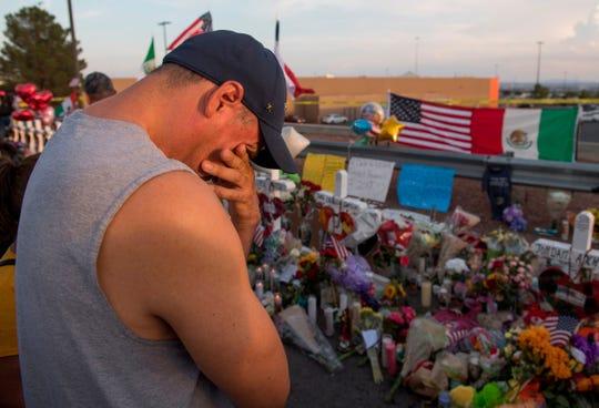 Un hombre frente a un altar en memoria de las víctimas del tiroteo.