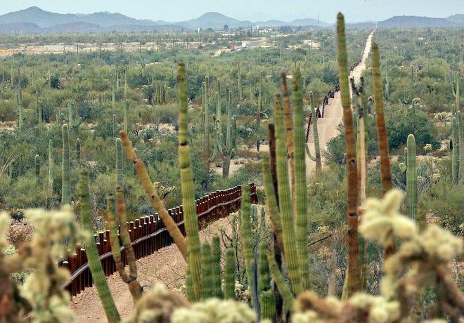 Cerca fronteriza atraviesa el desierto de Arizona.