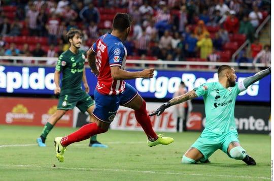 Alexis Vega al momento de anotar uno de sus dos goles contra Santos.