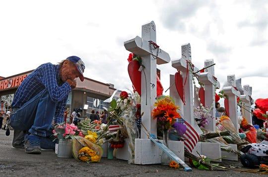 Una persona llora en el altar creado en memoria de latinos muertos en tiroteo de El Paso, Texas.