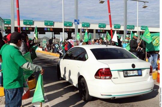 En la caseta de la México-Pachuca, inconformes dan paso libre a los conductores.