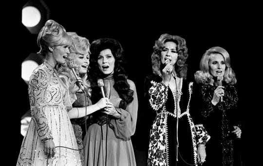 "Lynn Anderson, left, Dolly Parton, Loretta Lynn, Dottie West and Tammy Wynette sing a medley around a ""country girl"" theme during the sixth annual CMA Awards show Oct. 16, 1972."