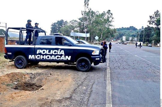 La identificación de las víctimas asesinadas en Uruapan, Michoacán, fue facilitada por familiares que acudieron al Servicio Médico Forense, indicaron a Grupo REFORMA fuentes militares