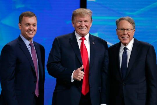 El presidente Donald Trump posa junto a Wayne LaPierre, vicepresidente de la Asociación Nacional del Rifle (NRA)