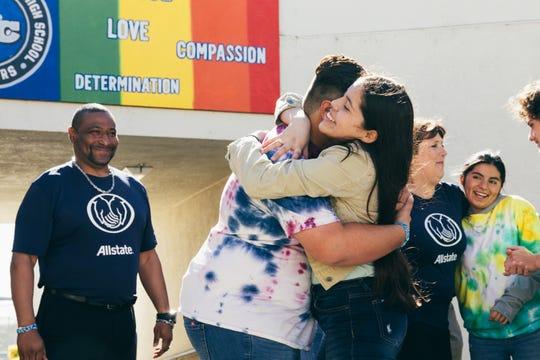 Zeke Ibarra Sumpter abraza a una mujer en el WE Day.