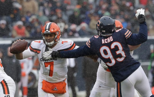 Chicago Bears outside linebacker Sam Acho (93) applies pressure to Cleveland Browns quarterback DeShone Kizer.