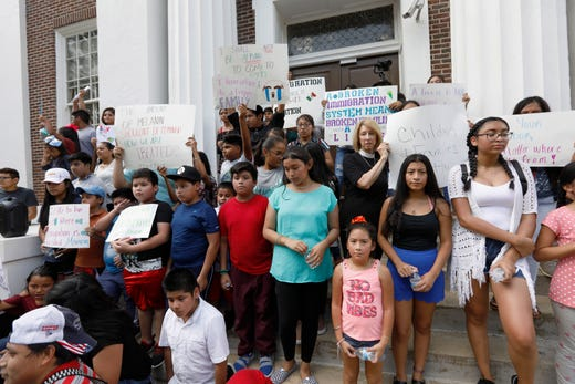 27966952 Mississippi ICE raid: Agency says some children still without parents