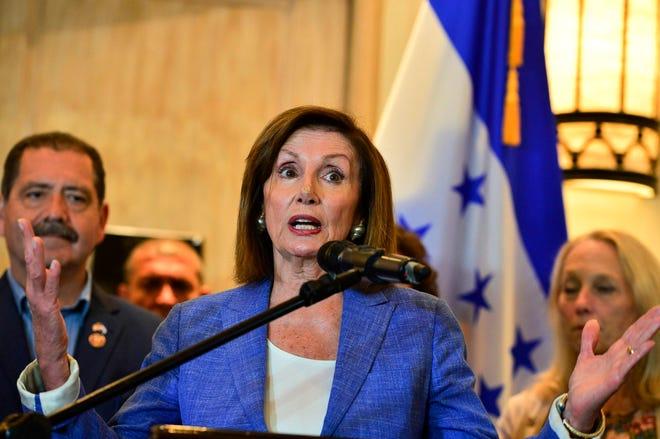 Nancy Pelosi habla durante su visita a Guatemala.