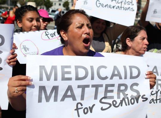 Una mujer protesta en California a favor del Medicaid.