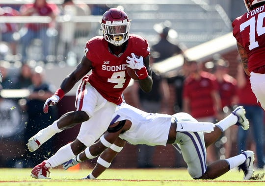 Oklahoma running back Trey Sermon carries the ball during the team's game against Kansas State in 2018.
