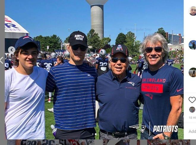 Romeo Bongiovi, Jake Bongiovi, Robert Kraft y Jon Bon Jovi el 12 de agosto en el Estadio Gillette en Foxboro, Massachusetts.
