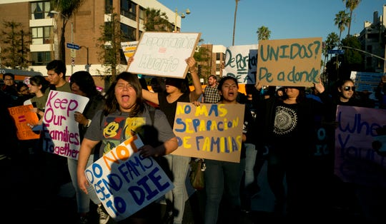 Refugiados y activistas protestan.