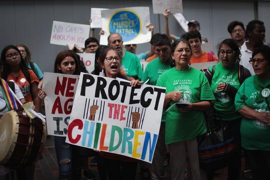 Activistas protestan a favor de la inmigración.