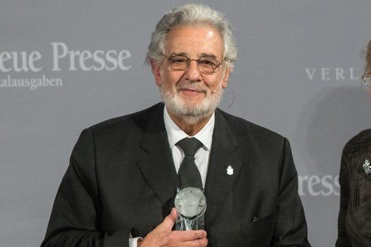 """El cantante de ópera español Plácido Domingo recibe el """"People in Europe Arts Award"""" en una ceremonia en Passau, sur de Alemania, el 28 de noviembre de 2017."""