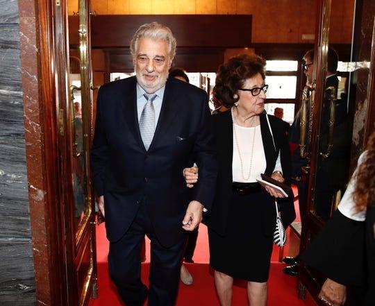 El tenor español Plácido Domingo y su esposa, Marta Ornelas, asisten al 10º Congreso Internacional de Excelencia organizado por el Gobierno regional de Madrid y celebrado en el Teatro de la Zarzuela de Madrid el 15 de julio de 2019.