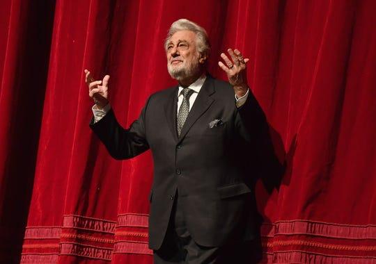El cantante de ópera español Plácido Domingo habla en el escenario en su celebración del 50 aniversario en el estreno de la temporada de Trittico en la Metropolitan Opera el 23 de noviembre de 2018 en la ciudad de Nueva York.