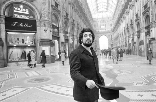 En esta foto de archivo del 12 de diciembre de 1972, Plácido Domingo, quien inauguró la temporada en La Scala, camina en la Piazza Scala con la Ópera al fondo, en Milán.