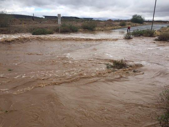 Nunca cruce por una calle inundada. Solo seis pulgadas de agua pueden arrastrar un vehículo.