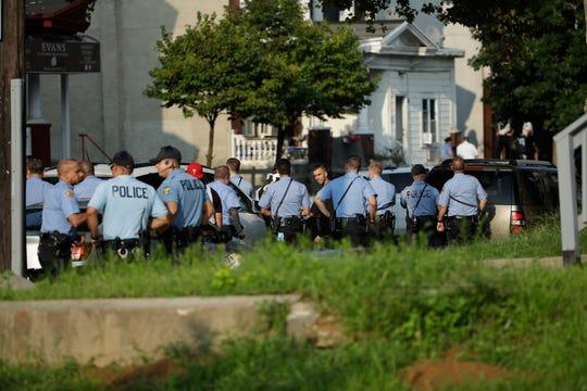 Agentes policiales responden a un tiroteo en el barrio Nicetown de Filadelfia.
