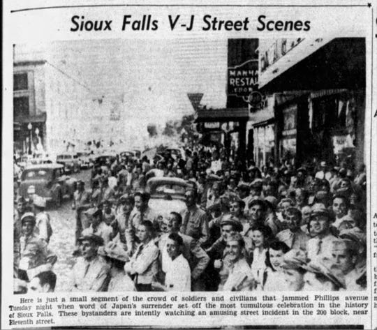 Argus Leader photo of the crowds that emerged in Sioux Falls after Japan surrendered in World War II